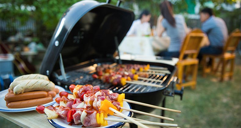Hot dogs and kebabs on the grill © VectorLifestylepic/Shutterstock.com