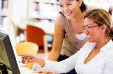 Adult female students working together © Andresr/Shutterstock.com