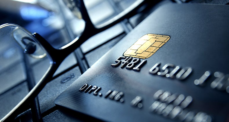 Credit card and glasses close up on a laptop © qvist/Shutterstock.com