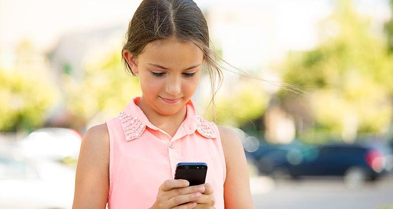 Little girl holding smartphone © PathDoc/Shutterstock.com