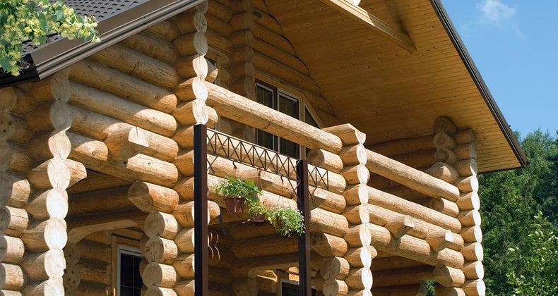 Log home © Ilya Andriyanov/Shutterstock.com