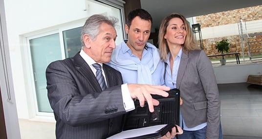 Agent showing couple a home © Goodluz/Shutterstock.com
