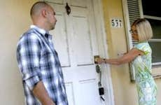 Realtor locking house door | Joe Raedle/Getty Image