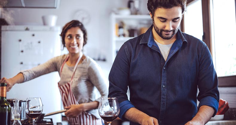 A couple cooking dinner together at home © klublu/Shutterstock.com