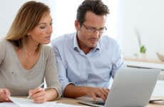 Couple budgeting in kitchen © Goodluz/Shutterstock.com