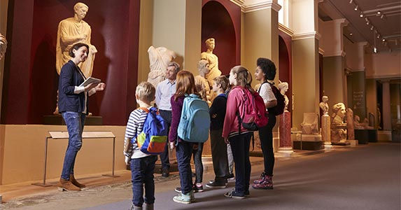 Private museum tour © Monkey Business Images/Shutterstock.com