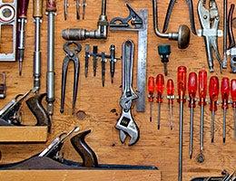 Tool lending © Daleen Loest/Shutterstock.com