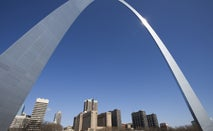 A shot of the skyline of St. Louis with the iconic arch in the sky.
