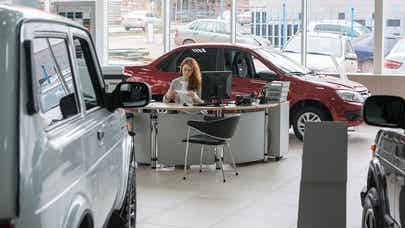 Buy a new auto with cash or a car loan?